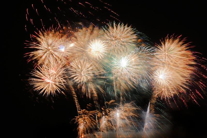 Festliche bunte Feuerwerke auf Hintergrund des nächtlichen Himmels Feierlicher Feiertag stockfoto