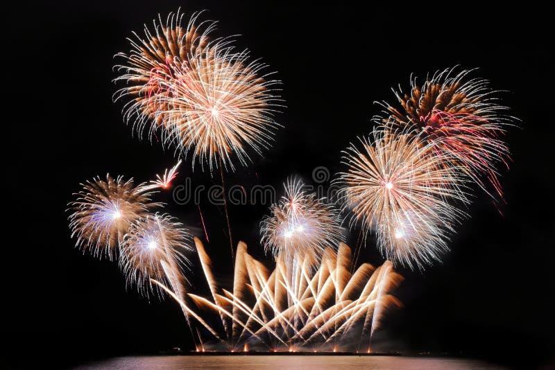Festliche bunte Feuerwerke auf Hintergrund des nächtlichen Himmels Feierlicher Feiertag stockbild