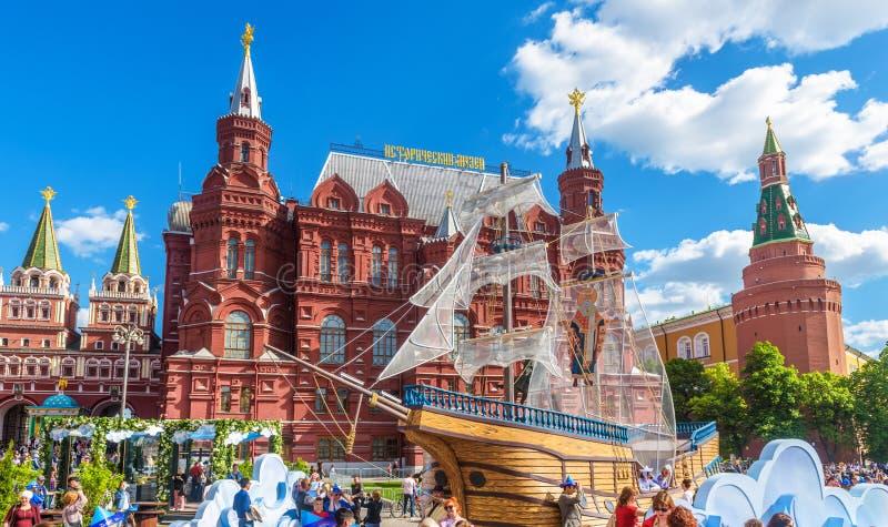 Festliche Dekorationen auf Manezhnaya-Quadrat durch Moskau der Kreml im Sommer, Russland lizenzfreie stockbilder