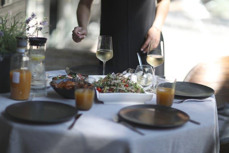 Festliche gediente Tabelle mit Erfrischungen stockfotos