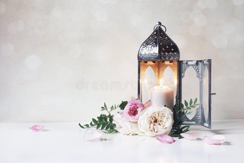 Festliche Grußkarte, Einladung für moslemischen Feiertag Ramadan Kareem Marokkanische Laterne der Weinlese mit der glühenden Kerz lizenzfreies stockbild