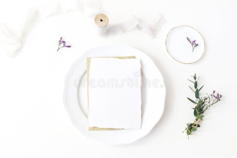 Festliche Hochzeit, Geburtstagsgedeck mit Porzellanplatte, Seidenbänder und Blumenstrauß des Eukalyptus, Limonium lizenzfreie stockbilder