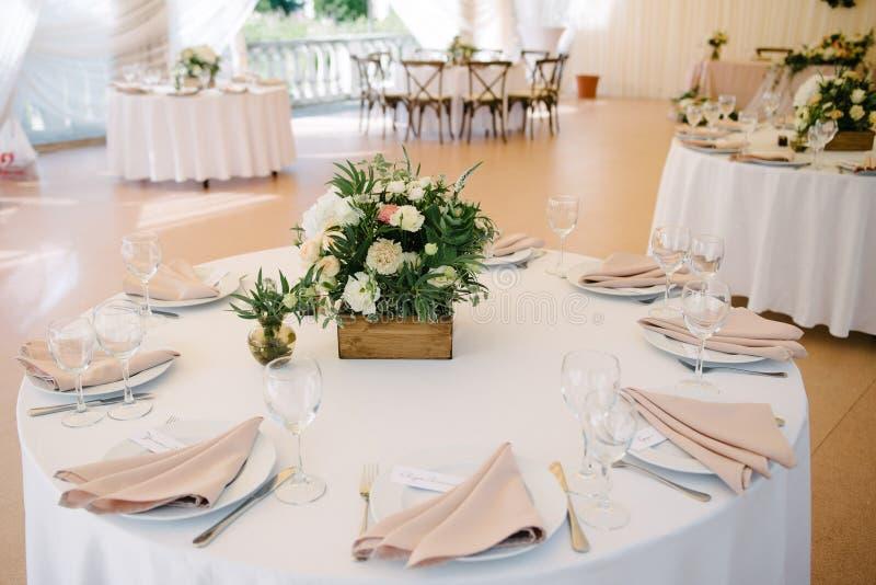 Festliche Hochzeitstafeleinstellung Tischschmuck am Hochzeitstag lizenzfreie stockbilder