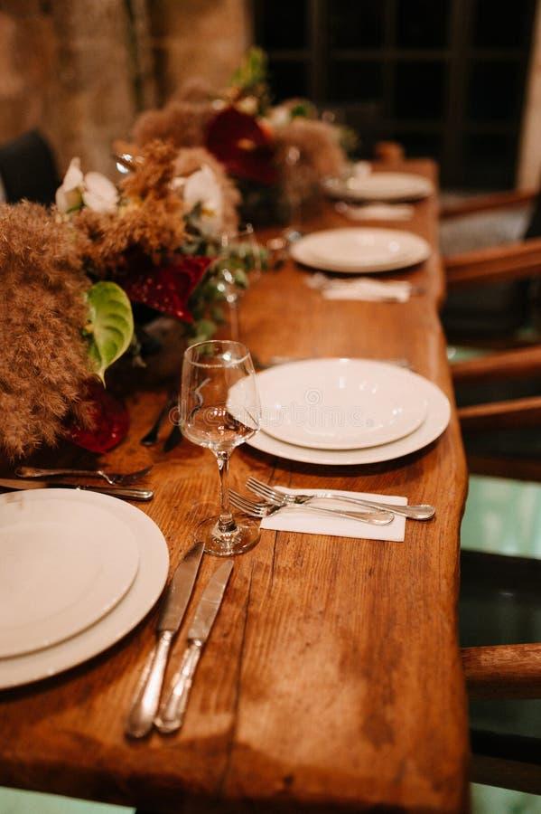 Festliche Hochzeitstafeleinstellung Tischschmuck am Hochzeitstag stockbilder