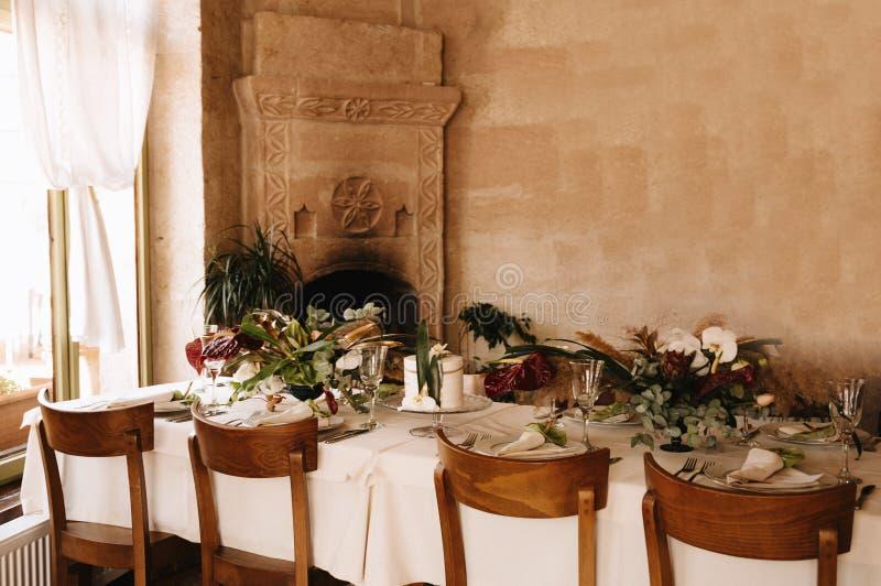 Festliche Hochzeitstafeleinstellung Tischschmuck am Hochzeitstag lizenzfreie stockfotos