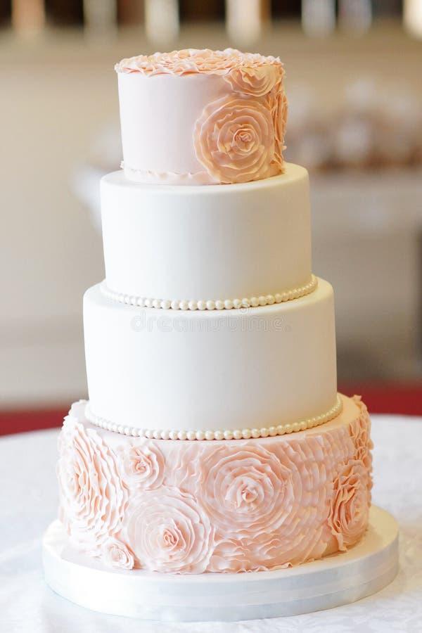 Festliche Hochzeitstorte von einigen Reihen stockbilder