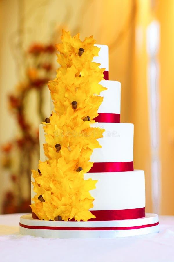 Festliche Hochzeitstorte von einigen Reihen stockfotografie