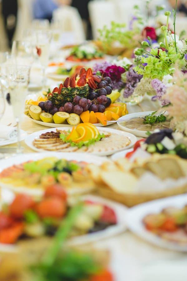 Festliche Lebensmittel-Tabelle stockfoto
