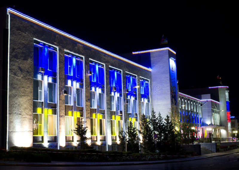 Festliche Nachtgebäudeablichtung lizenzfreie stockfotografie