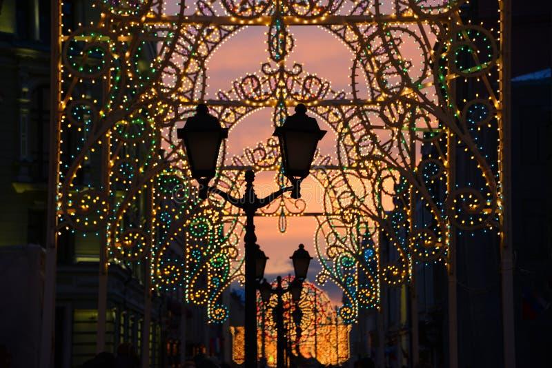 Festliche neues Jahr ` s Beleuchtung in Moskau stockfoto