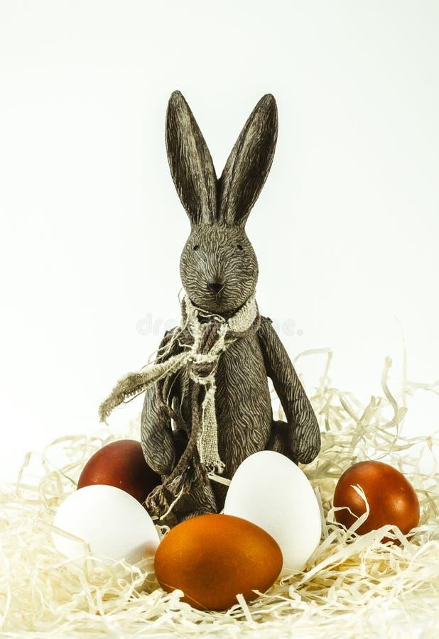 Festliche Ostern-Dekorationen Osterhase und Eier lizenzfreie stockfotografie
