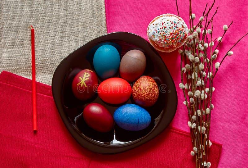 Festliche Ostern-Tabelle mit Eiern, Kuchen, Kerze und Weide lizenzfreies stockfoto