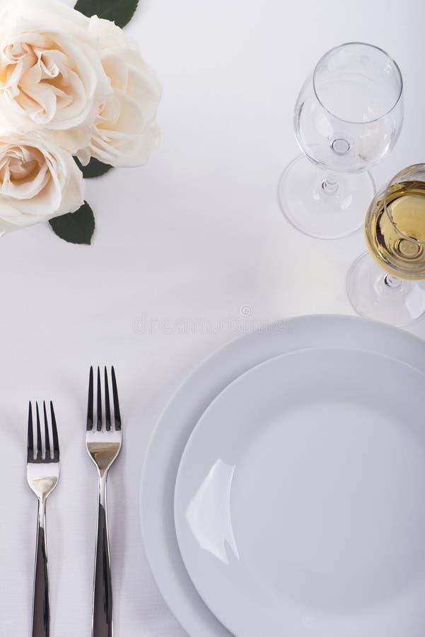 Festliche Restauranttabelle eingestellt mit Rosen lizenzfreie stockfotografie