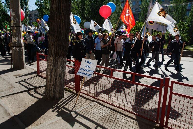 Festliche Säule übersetzt vom russischen ` am 1. Mai - Tag von Arbeitskräfte ` solidarität ` vor dem hintergrund des Maifeiertag  stockfoto