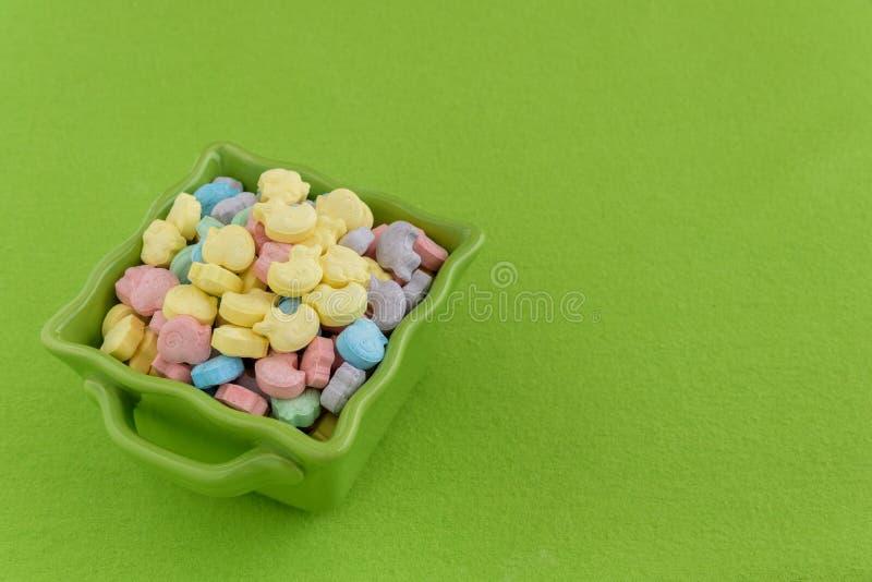 Festliche Süßigkeits-überzogene Ostereier lizenzfreies stockbild