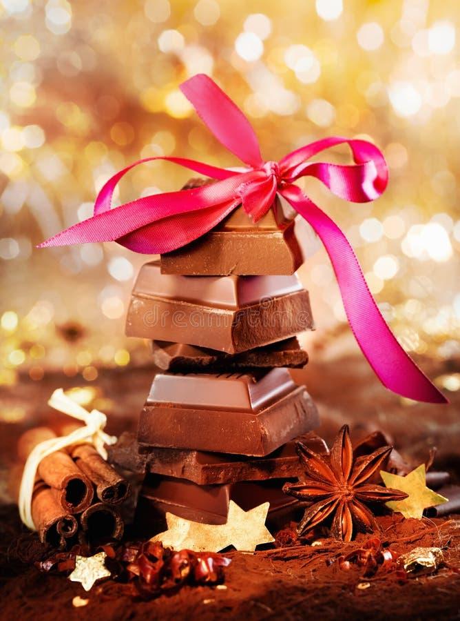 Festliche Schokolade und Gewürze stockfotos