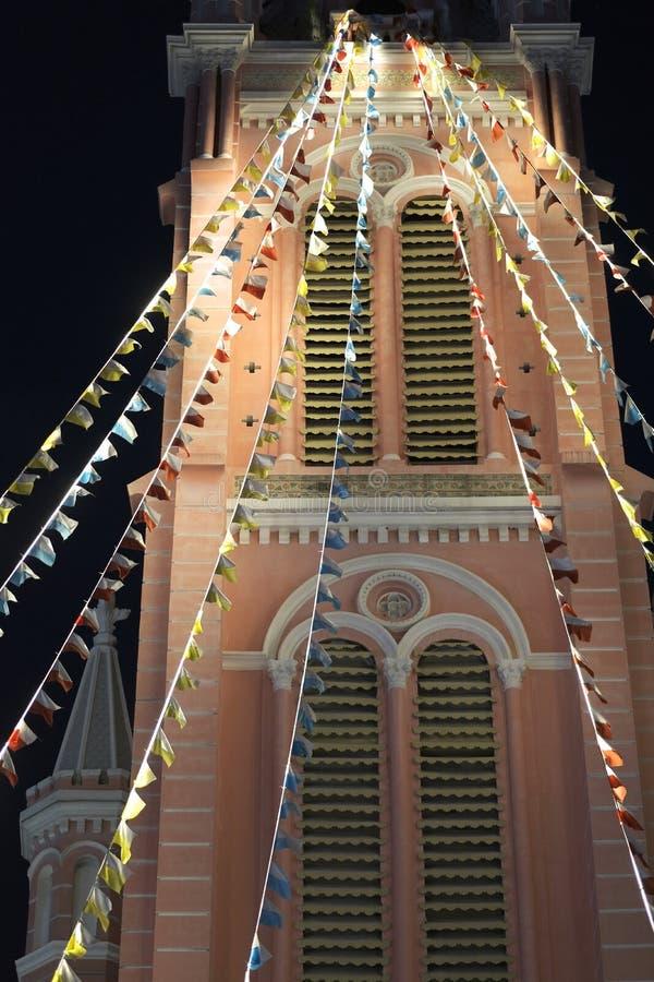 Festliche signalisierende Flaggen ein alter Turm lizenzfreies stockfoto