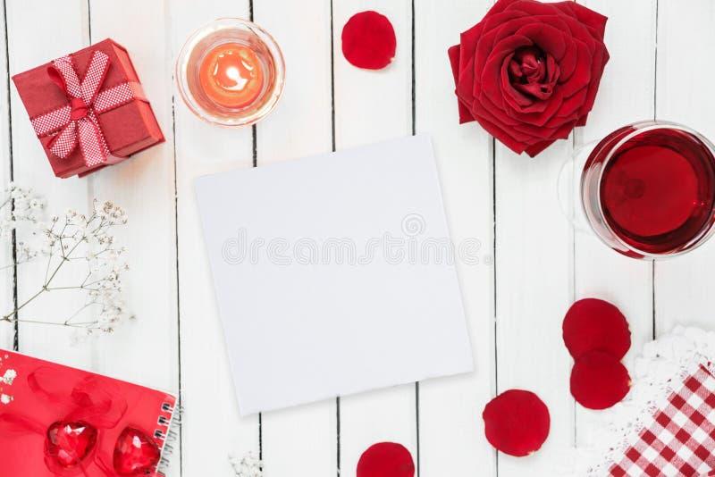 Festliche Tabelle in den roten und weißen Farben stockbild