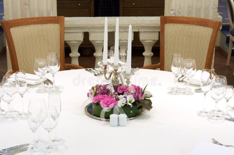 Festliche Tabelle mit Kerzen lizenzfreie stockbilder