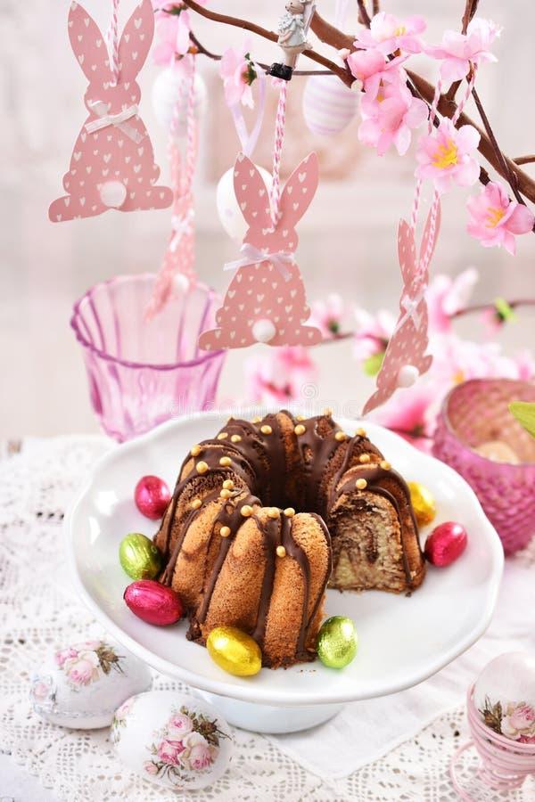Festliche Tabelle Ostern mit Marmorgugelhupf lizenzfreies stockbild