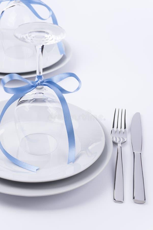 Festliche Tabelle stellte mit Gläsern und Tafelsilber auf weißem backgroun ein lizenzfreies stockfoto