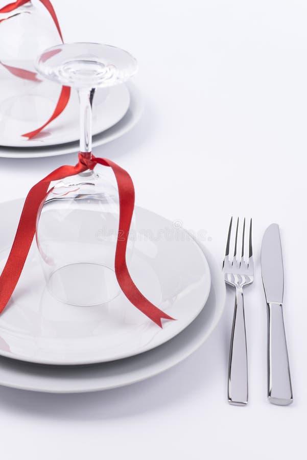 Festliche Tabelle stellte mit Gläsern und Tafelsilber auf weißem backgroun ein lizenzfreie stockbilder