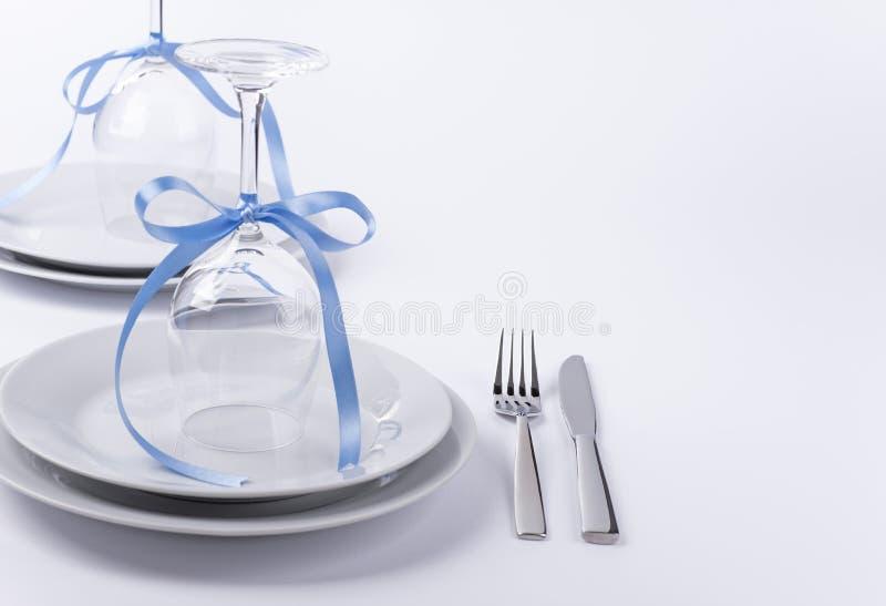 Festliche Tabelle stellte mit Gläsern und Tafelsilber auf weißem backgroun ein stockbilder