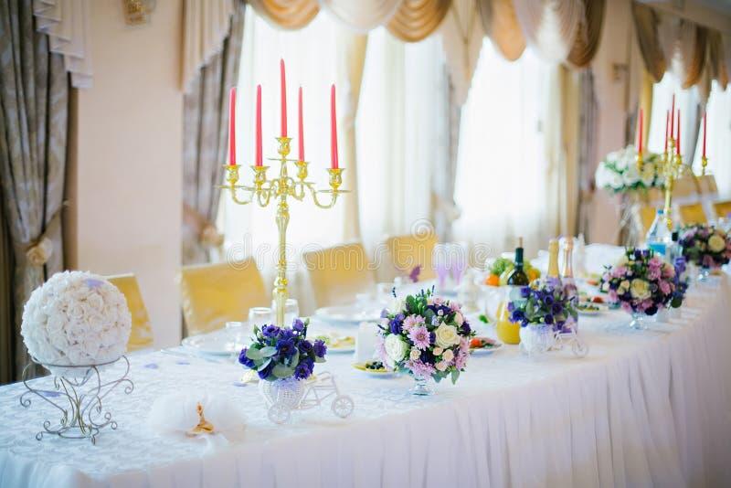 Festliche Tabelle verziert mit Blumen und Kerzen lizenzfreie stockbilder