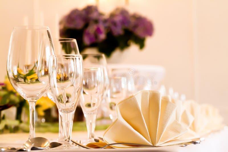 Festliche Tabellenanordnung mit Gläsern und gedient und Tischbesteck lizenzfreies stockbild