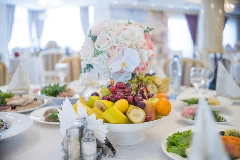 Festliche Tabelleneinstellung Einladungskarte mit Perlendekoration und Rosen Boutonniere auf weißem Hintergrund Kunstart des Gede stockfotos