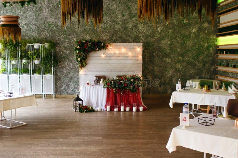 Festliche und ernste Dekoration des Bankettraumes am Hochzeitstag stockfoto