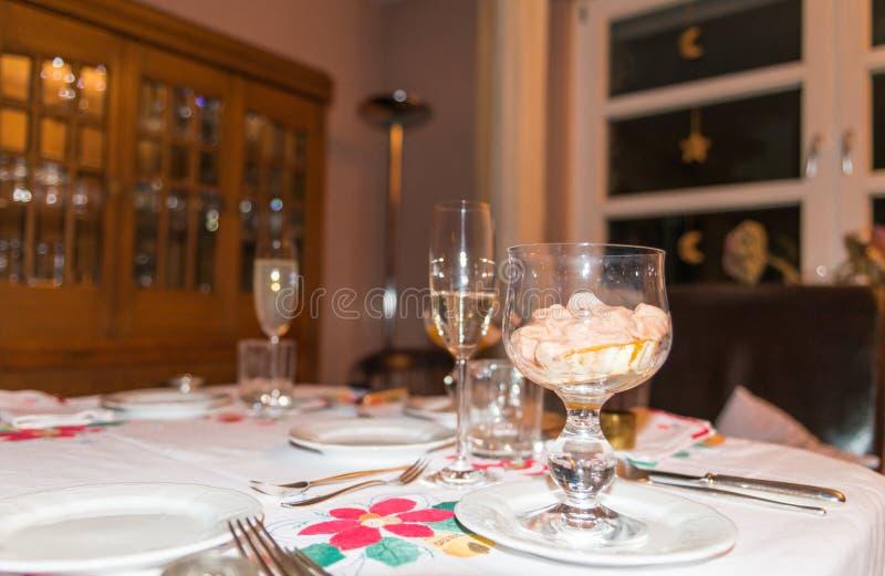 Festliche verzierte Tabelle mit einem Aperitif und einem Champagner stockfoto