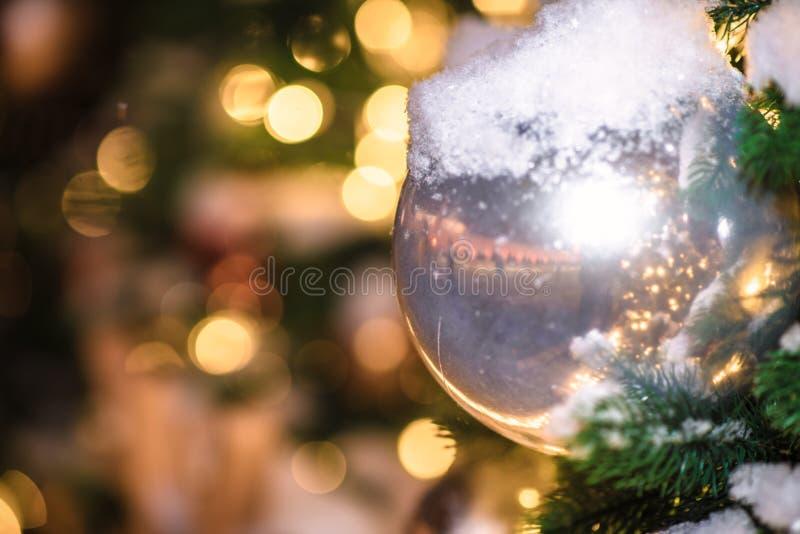 Festliche Weihnachtsbeleuchtung und -dekorationen auf Stra?en lizenzfreie stockfotos