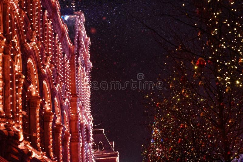 Festliche Weihnachtsbeleuchtung und -dekorationen auf Stra?en stockbilder