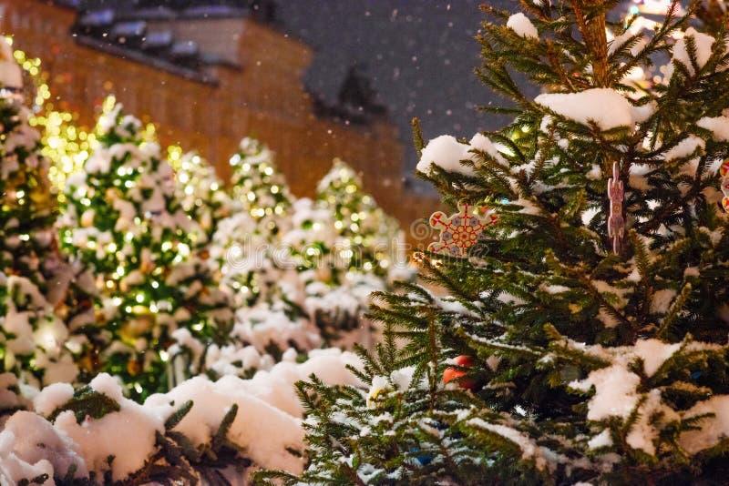 Festliche Weihnachtsbeleuchtung und -dekorationen auf Stra?en lizenzfreies stockbild