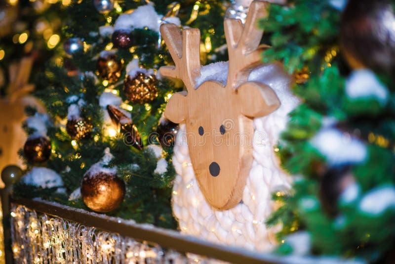 Festliche Weihnachtsbeleuchtung und -dekorationen auf Stra?en stockfotografie