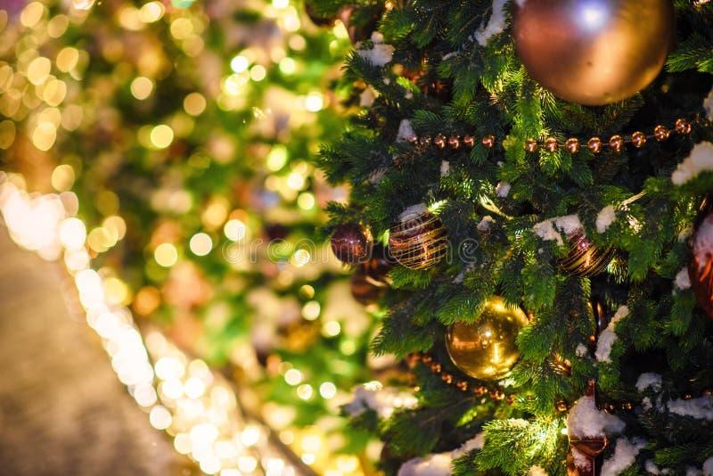 Festliche Weihnachtsbeleuchtung und -dekorationen auf Stra?en stockbild
