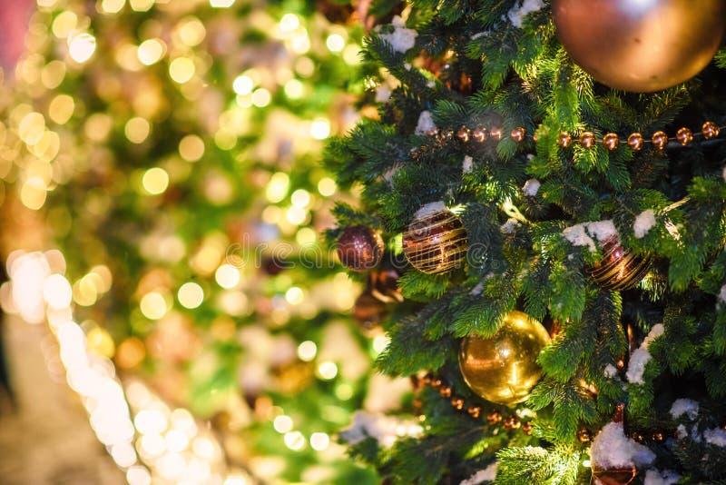 Festliche Weihnachtsbeleuchtung und -dekorationen auf Stra?en stockfotos