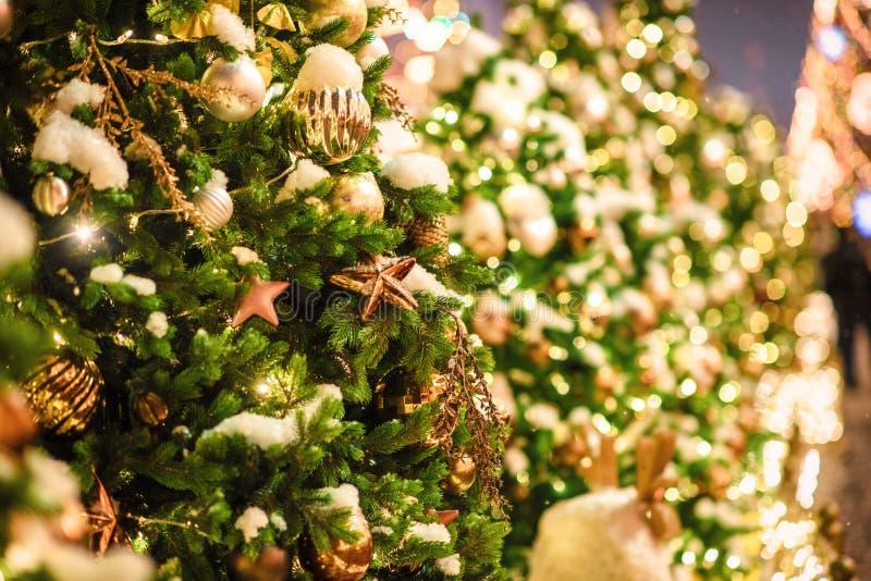 Festliche Weihnachtsbeleuchtung und -dekorationen auf Stra?en lizenzfreie stockfotografie