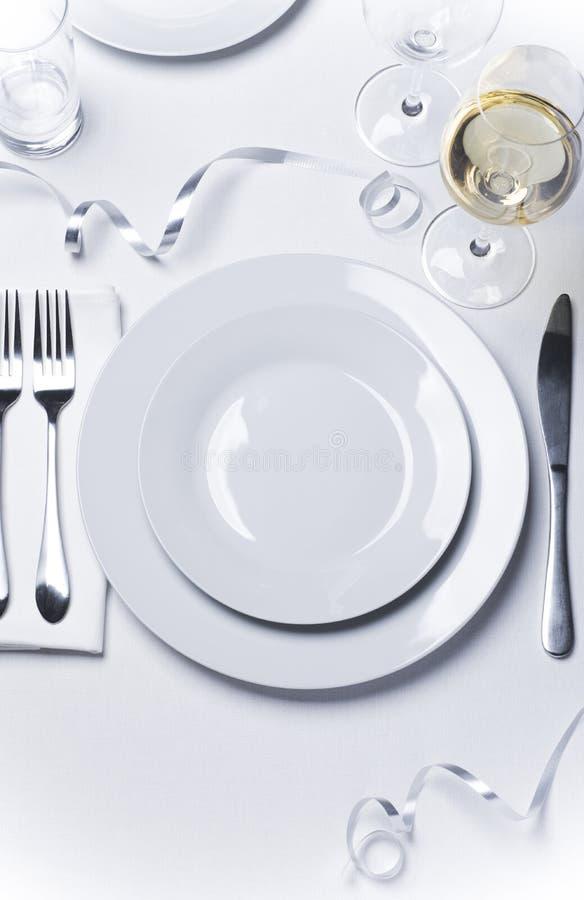 Festliche Weihnachtstabelle stellte mit doppelter Platte des Weißweins ein lizenzfreies stockbild
