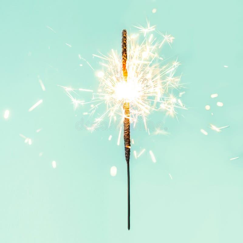 Festliche Wunderkerzen der frohen Weihnachten Goldene magische Lichter für holid lizenzfreie stockbilder