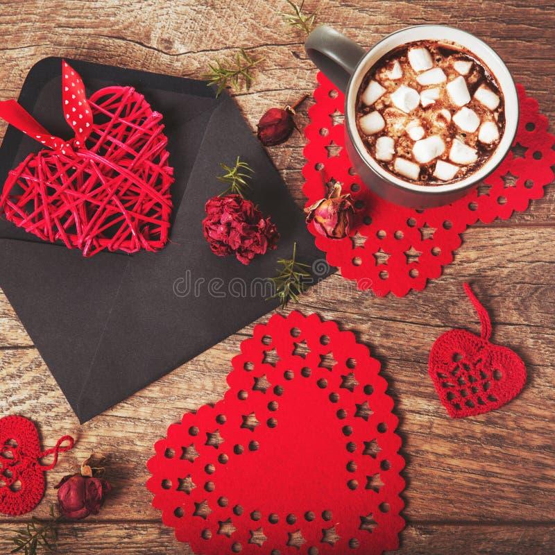 Festliche Zusammensetzung auf rustikalem hölzernem Tabellen-, Rotem und Grauembecher mit Eibischen oder Kakao, Herzen in den Umsc lizenzfreie stockbilder