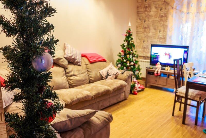 Festlicher Feiertagsinnenraum, Weihnachtsbaum, Fernsehen, Sofa stockfoto