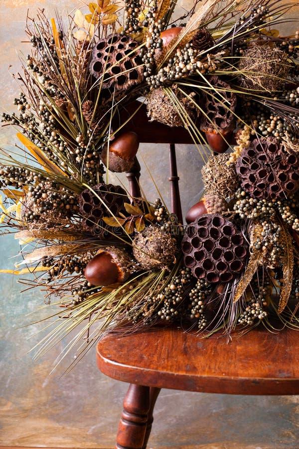 Festlicher Herbstkranz mit Eicheln und Fallblättern stockbilder