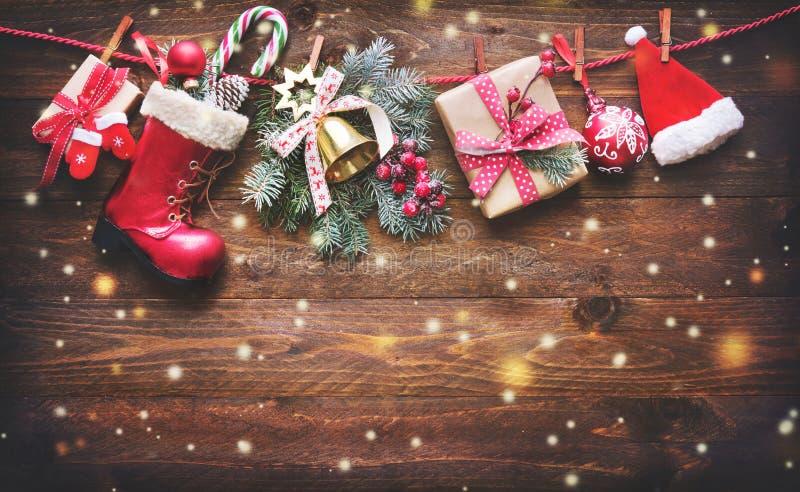 Festlicher Hintergrund mit Weihnachtsgeschenken, Sankt-Zubehör a lizenzfreie stockfotos