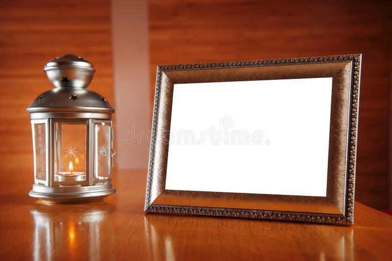 Festlicher Rahmen und Kerzenständer mit brennender Kerze lizenzfreie stockfotografie