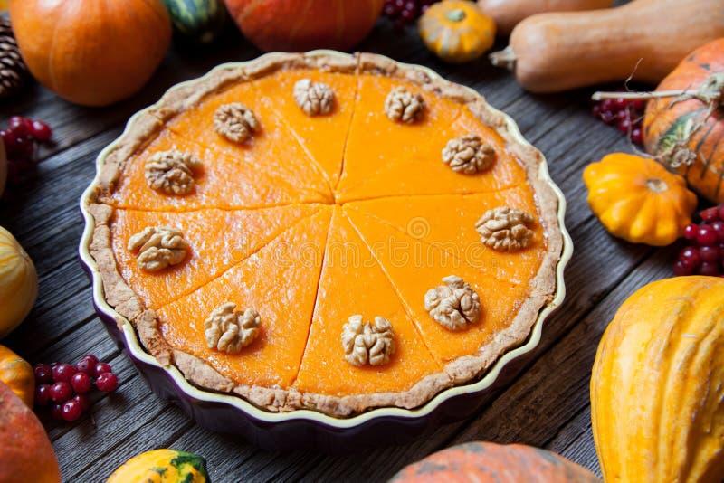 Festlicher selbst gemachter köstlicher Kürbiskuchen mit den Walnüssen gemacht für Danksagung und Halloween, Draufsicht Vase mit t stockfoto