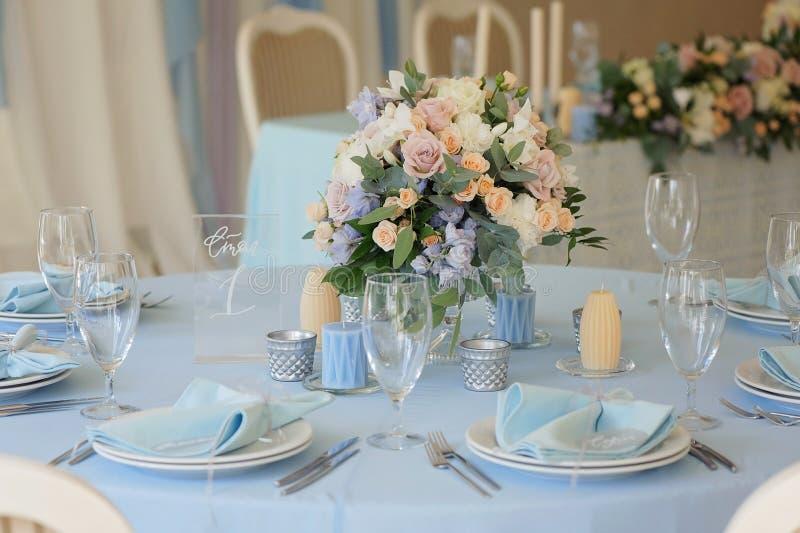 Festlicher Tabellenplan Einladungskarte mit Perlendekoration und Rosen Boutonniere auf weißem Hintergrund lizenzfreies stockfoto