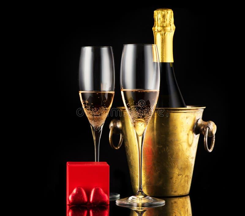 Festlicher Valentinsgrußtageshintergrund mit Champagner und Süßigkeitsschokolade lizenzfreie stockfotos