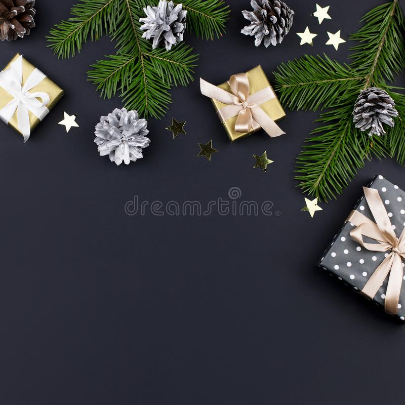 Festlicher Weihnachtshintergrund mit Tannenzweigen, giftboxes, Dekorationen, Kopienraum, Draufsicht stockfotografie